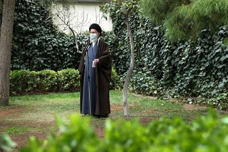 کاشت دو نهال میوه توسط رهبر معظم انقلاب در روز درختکاری