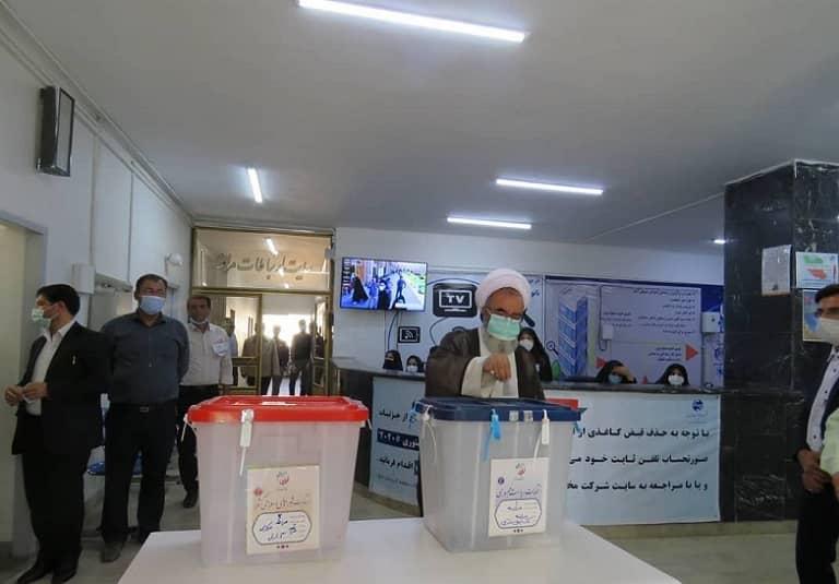 امام جمعه مراغه رای خود را به صندوق انداخت